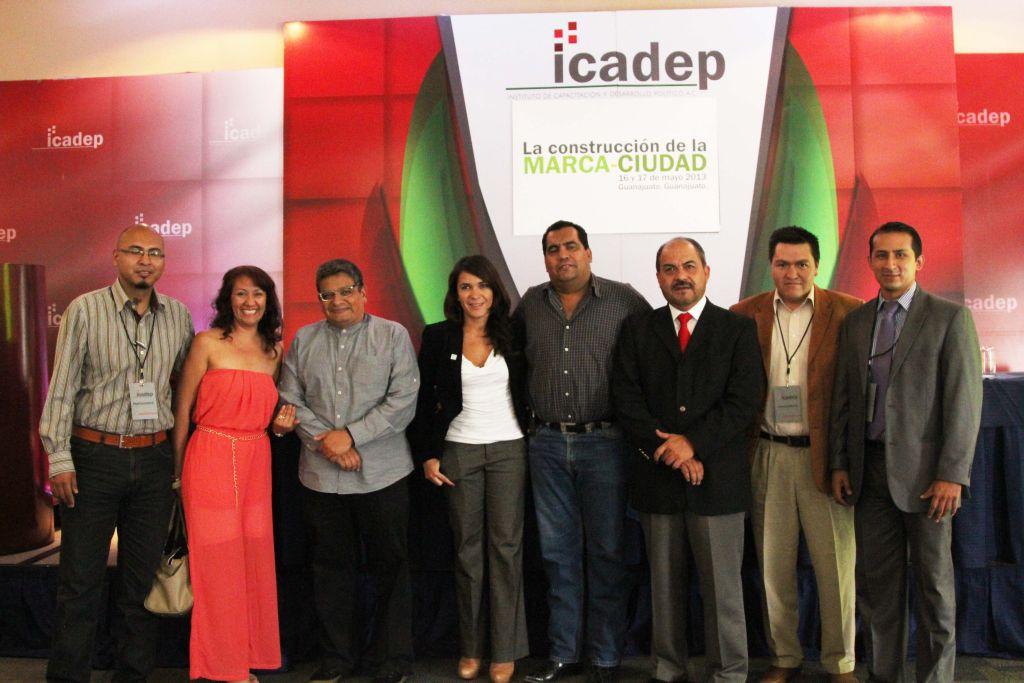 La Secretaria General del ICADEP, Dunia Ludlow, acompañada por los dirigentes locales del ICADEP y el consultor Alfonso Pérez