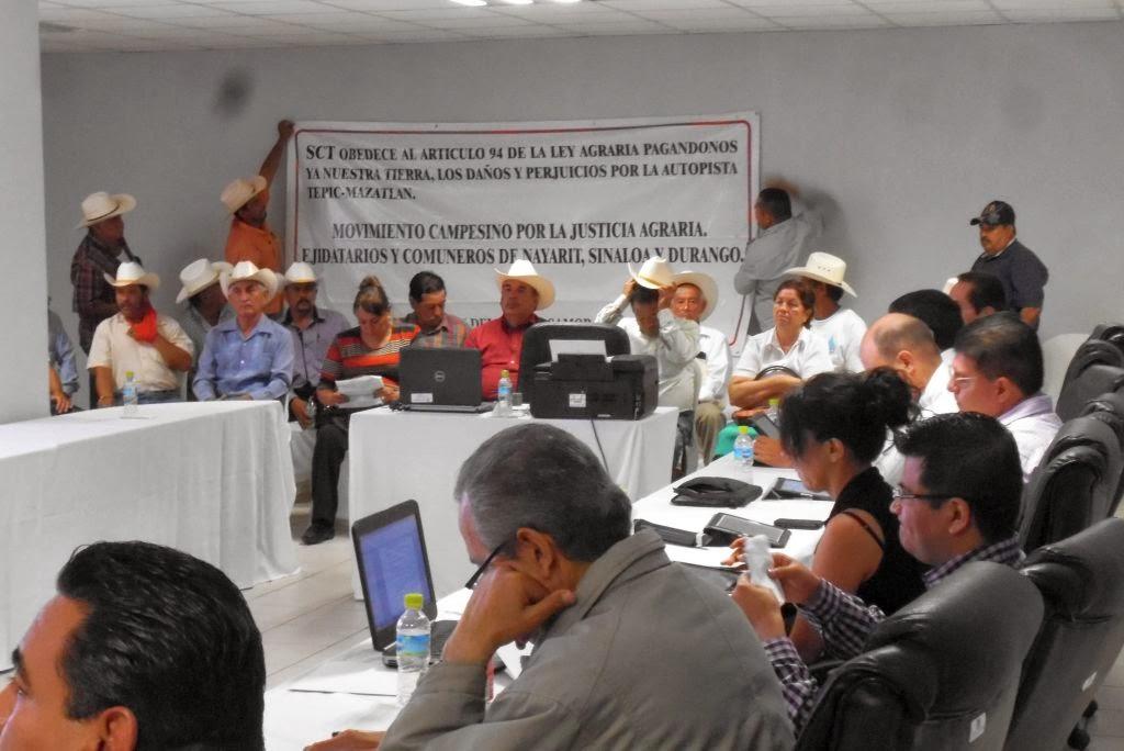 Los campesinos exigieron desde el pasado viernes 22 que se cumpliera el acuerdo para el pago de sus tierras, frente a los funcionarios de la SCT Foto: Difunet