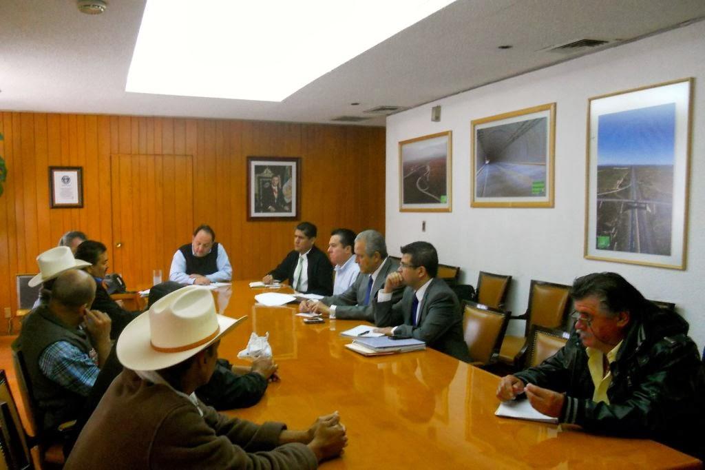 En la reunión, además de Raúl Murrieta Cummings estuvieron el director para la Atención de las Organizaciones Sociales de la Segob, Francisco Yáñez Centeno y los delegados de la SCT en Durango, Enrique León de la Barra y en Sinaloa, Héctor García Fox Foto: Difunet