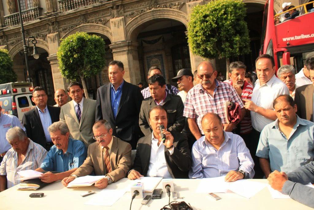 Los transportistas fueron a refrendar su compromiso con el Gobierno del Distrito Federal a las puertas del Palacio de Gobierno Foto: Difunet