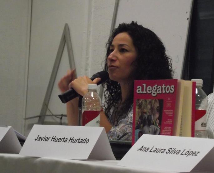 La profesora Keila López fue una de las encargadas de exponer Alegatos 86. Foto: Mónica Muñiz